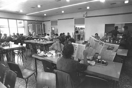 בחדר האוכל, 1975.