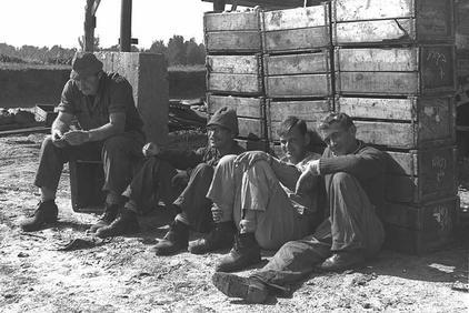 שמיל, איציק אלק, עוזי שחר וחבר נוסף, בהפסקה. 1962.