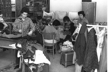 רותי שחר, אביבה שומרוני, אחרות ותנור פיירסייד, במחסן בגדים, 1962.