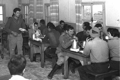 בחדר האוכל, 1962.