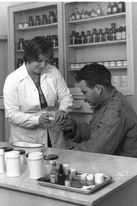 אושי (עדנה) שפרן ואורי אוסרי במרפאה, 1962
