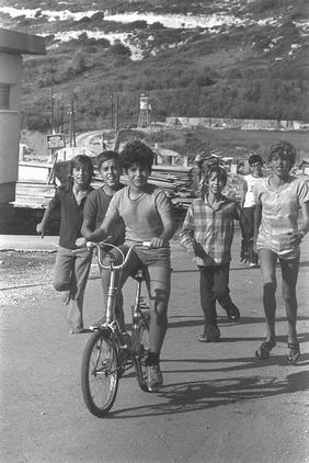 בני כיתת צאלה (אסף, שריג, ניב, יחיעם, אלון), 1975.