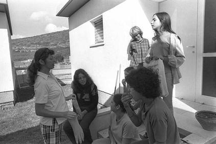 כיתת צאלה (הדס, ניתאי, טל, ליאור, נעמה) עם רבקה סיני, 1975.