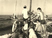 הפלגת חברת נעורים - שיבולת, עומד: אמיר שומרוני, יושב מתחתיו: אלי ליכטנברג