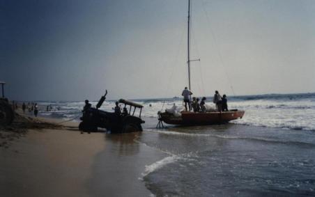 טרקטור שוקע בים