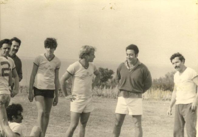 קבוצת הכדורגל. עומדים מימין לשמאל: צביקה ישראלי, דלומי, יויו, רון דינר, יהודל'ה שחר, אחיעזר