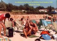 """אחה""""צ בבריכה, 1980 . מאלבום התמונות של Trudy D'Armond (מתנדבת מארה""""ב)."""