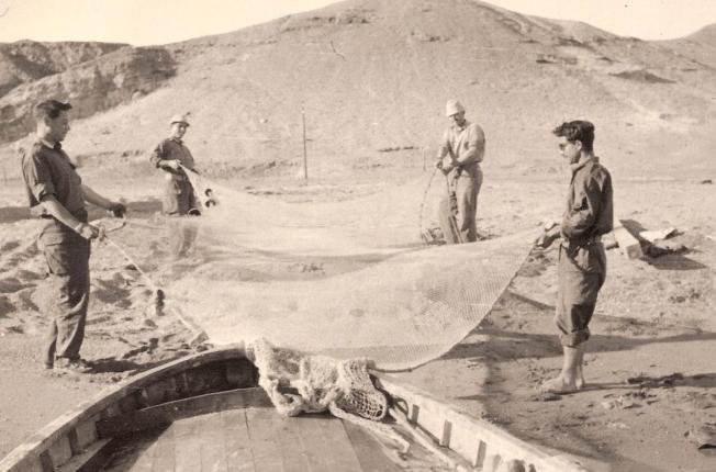 הדייגים פורשים רשת. מימין תרזי, מאחוריו דובון, משמאל מירי שמי