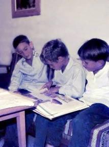 מאלבום משפחת לידר: אבישי מאור ארז לידר דרור שחר עם ספר