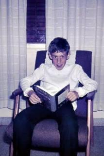 מאלבום משפחת לידר :כנראה ארז לידר עם ספר