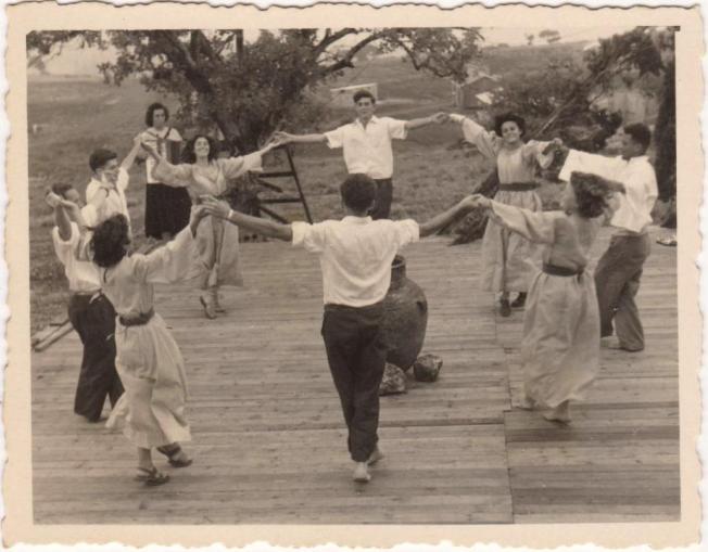 להקת הריקודים על הבמה, במרכז גרשון לידר