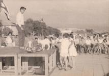 ראש הנקרה: שבועות תשכג (מאי 1963), מאלבום התמונות של משפחת יעקובי . על הבמה : עוזי פומפיאן (גרעין יהב)